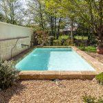 Maison traditionnelle : réalisation d'une magnifique piscine en pierre